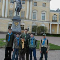 У памятника имп. Павлу